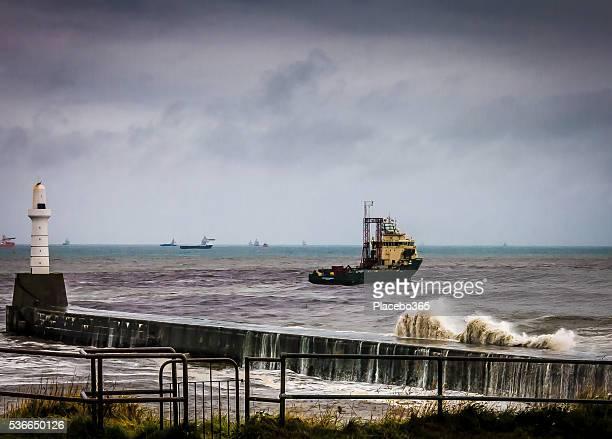 Una nave faro durante la tempesta di là di Aberdeen