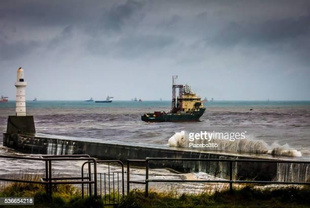 Una nave faro durante la tempesta vicino ad Aberdeen