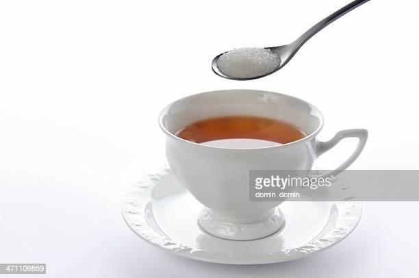 Un té cuchara de azúcar sobre china taza de té