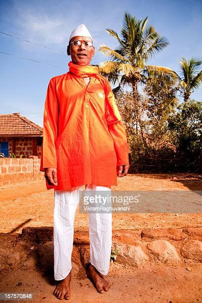 Una tradizionale indiano uomo allegro rurale verticale
