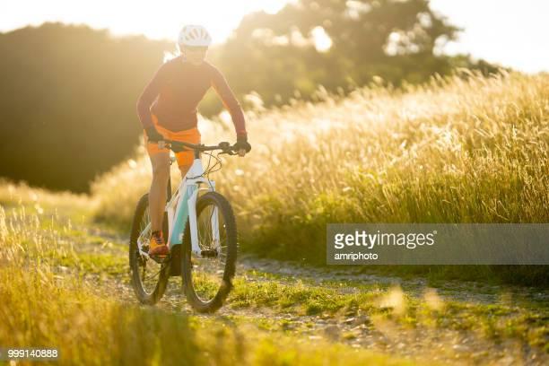 eine Frau auf elektrische sommer sonnenschein Kulturlandschaft Mountainbikestrecke