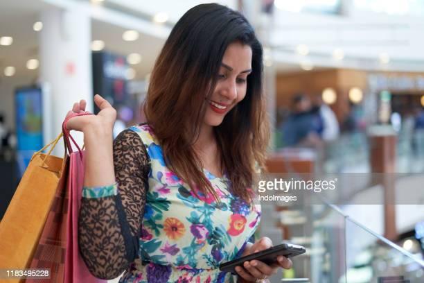 one women shopping - etnia indo asiatica foto e immagini stock