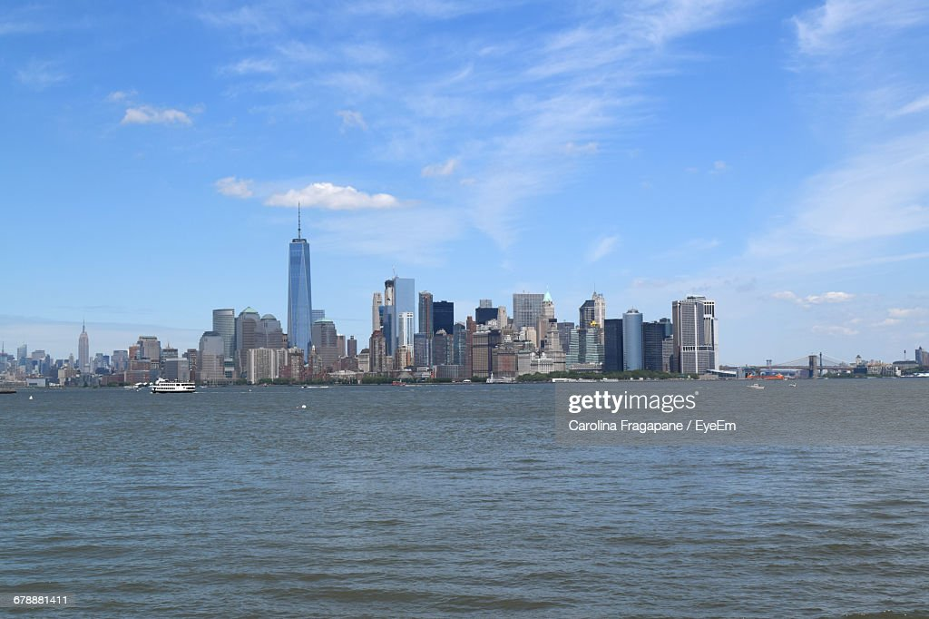One World Trade Center Amidst Buildings In Front Of River Against Sky : Foto stock