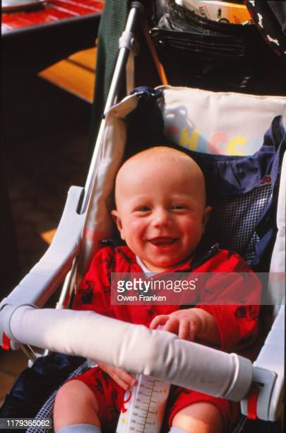 one year old boy in a stroller, smiling - image photos et images de collection