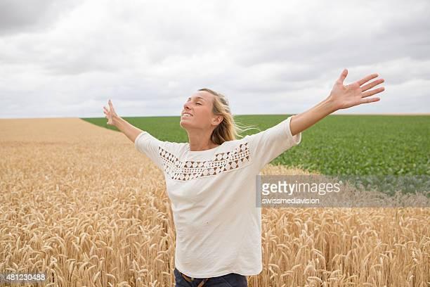 Une jeune femme en extérieur gratuit dans le champ de blé