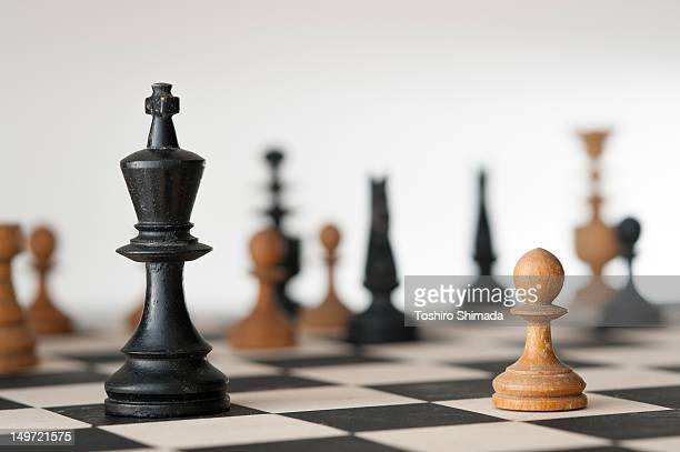 one-on-one battle between pawn and  king - tabuleiro de xadrez imagens e fotografias de stock