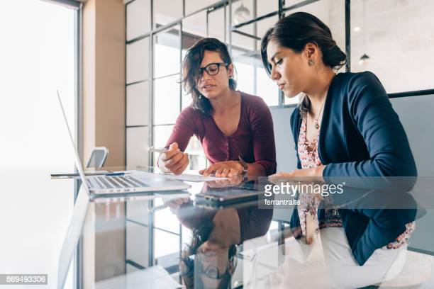 one-to-one business meeting - employee engagement stock pictures, royalty-free photos & images
