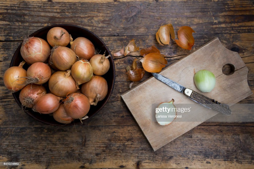 onions on dark wood, cutting board and knife : Stock-Foto