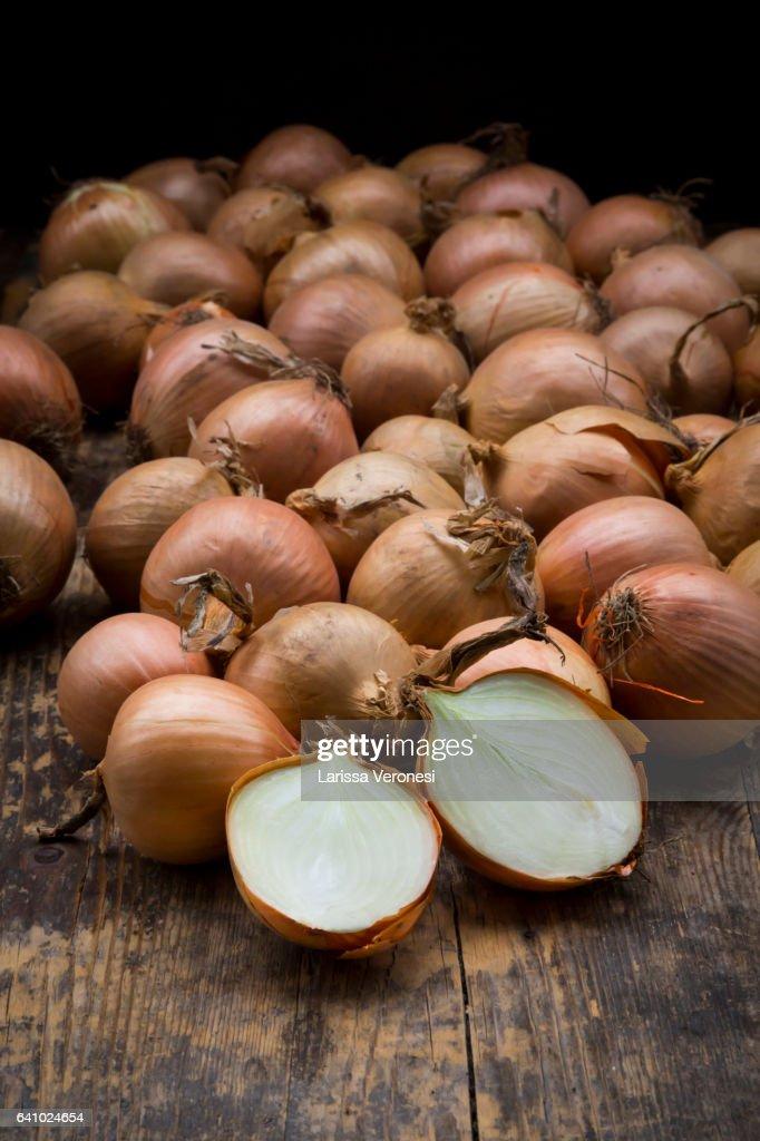 onions on dark wood : Stock-Foto