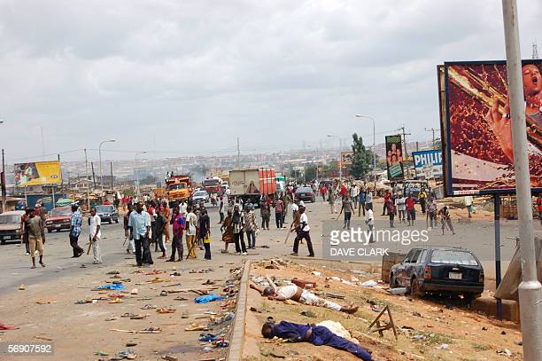 A Christian lynch mob mill arround 22 February 2006 in the southern Nigerian city of Onitsha as the bodies of their Muslim victims lay in the...