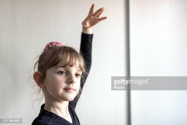 online dance class, homeschooling during pandemic coronavirus quarantine lockdown - ilbusca foto e immagini stock
