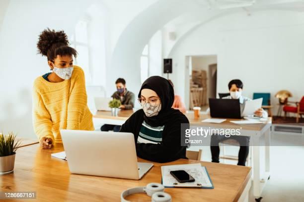 éducation en ligne et études pendant le verrouillage covide-19 - hijab feet photos et images de collection