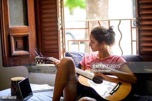 online guitar classes - pizzicare le corde di uno strumento foto e immagini stock