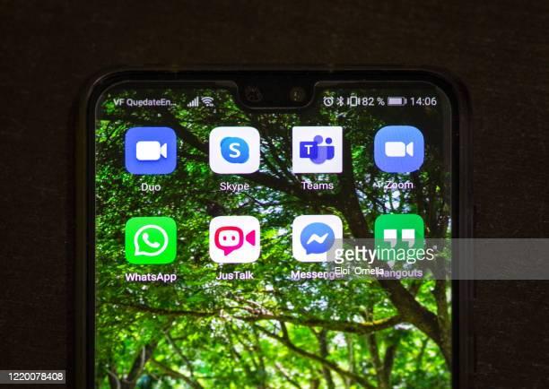 スマートフォンでのオンライン会議アプリケーション - microsoft teams ストックフォトと画像