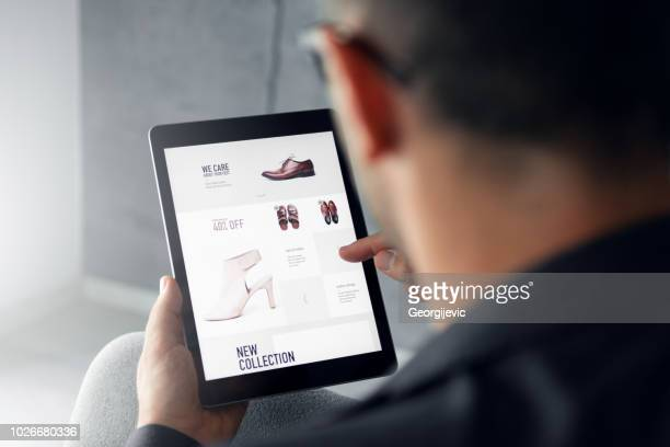 online-shop - digitale tablet - consumentisme stockfoto's en -beelden