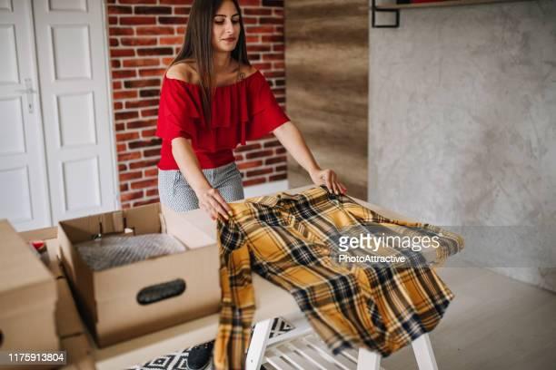online winkelen maakt gelukkig veel mensen - werkneemster stockfoto's en -beelden
