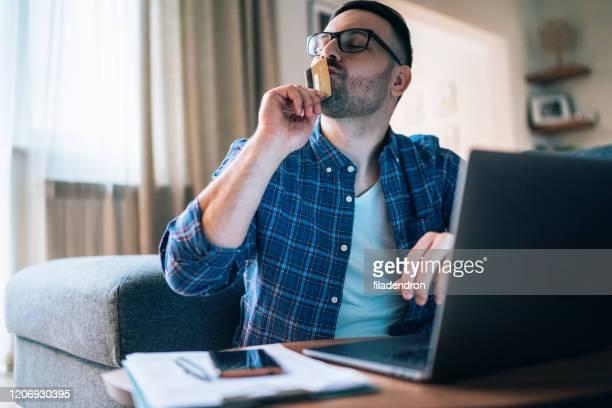 shopping online - solo un uomo foto e immagini stock