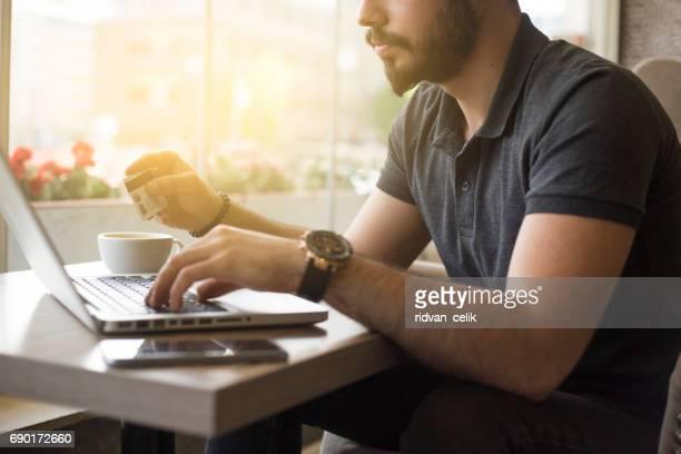 Online winkelen. Handen houden van creditcard en het gebruik van laptop