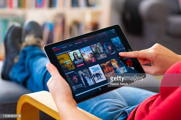 online streaming with tablet pc - guardare con attenzione foto e immagini stock