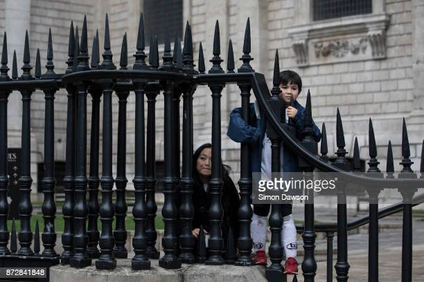 Onlookers peer through the gates of Saint Paul's Cathedral during the Lord Mayors Parade on November 11 2017 in London England The Lord Mayor's Show...