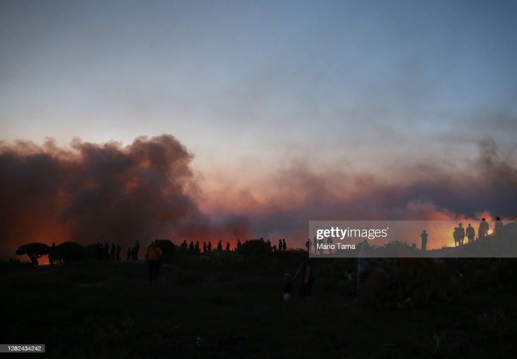 Silverado Fire In Orange Country, California Forces Evacuations : ニュース写真