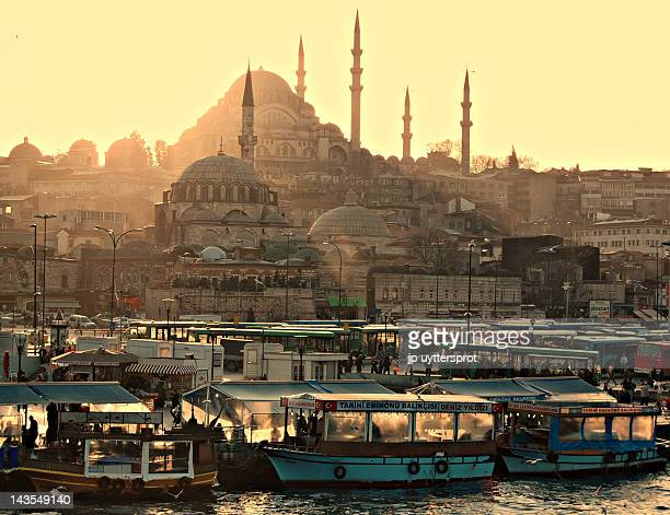 only city in world straddles - istanbul photos et images de collection