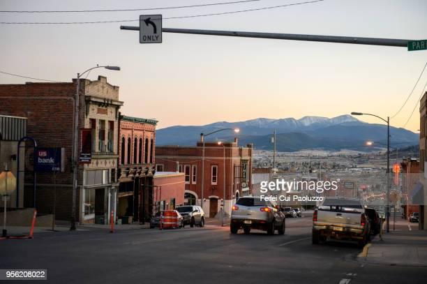 only left turn sign at downtown street of butte, montana, usa - montana - fotografias e filmes do acervo