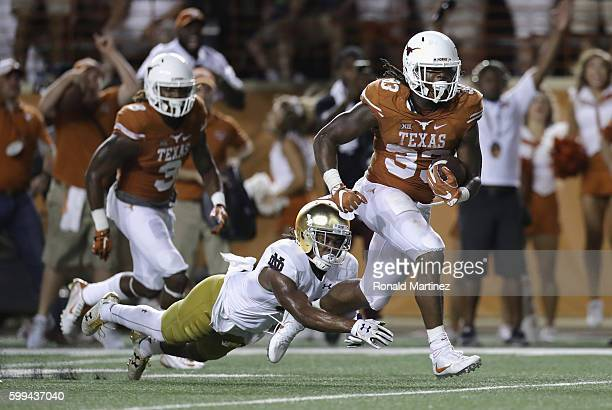 Onta Foreman of the Texas Longhorns rushes for a 19-yard touchdown during the fourth quarter against the Notre Dame Fighting Irish at Darrell K....
