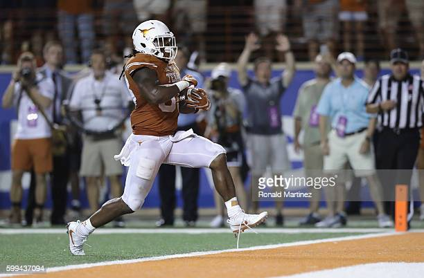 Onta Foreman of the Texas Longhorns scores a 19-yard rushing touchdown during the fourth quarter against the Notre Dame Fighting Irish at Darrell K....