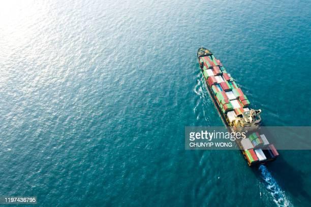 外洋のコンテナ船による輸出入業務物流・輸送用コンテナボックスを運ぶオンタイナー貨物船、空中図 - 貨物船 ストックフォトと画像