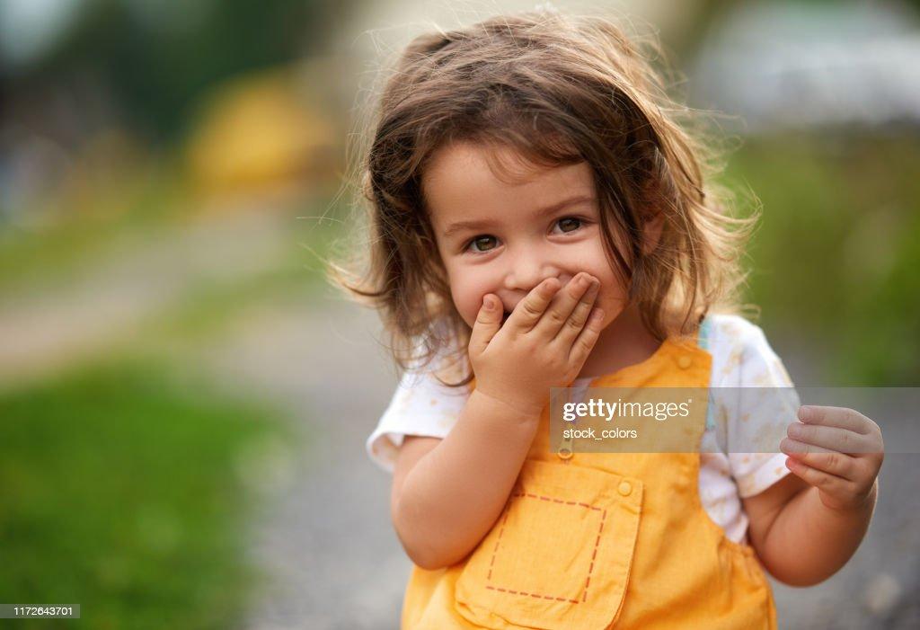Oops! Kleines Mädchen lacht : Stock-Foto