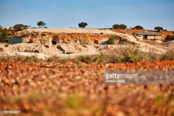 opal mining town, white cliffs, australia - acidente em mina - fotografias e filmes do acervo