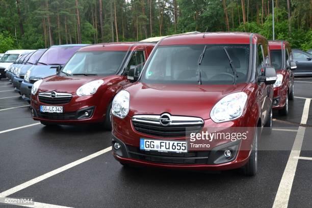 Opel Combo Fahrzeuge auf den Parkplatz in einer Reihe