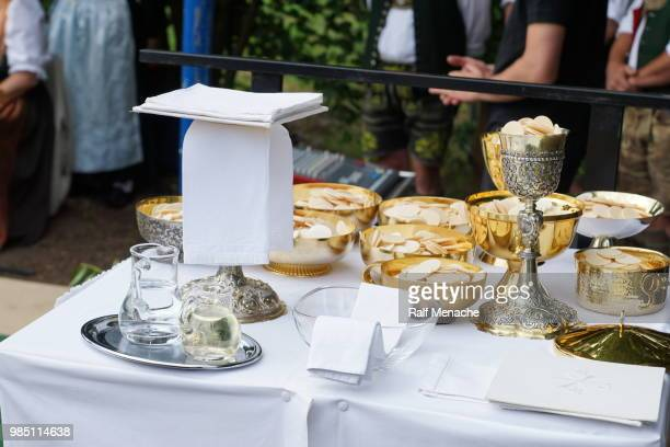 """open air mass of the traditional annual meeting of bavarian """"trachtenvereine"""" the """"isar loisachtal"""" in baierbrunn, germany. - ostensorio foto e immagini stock"""