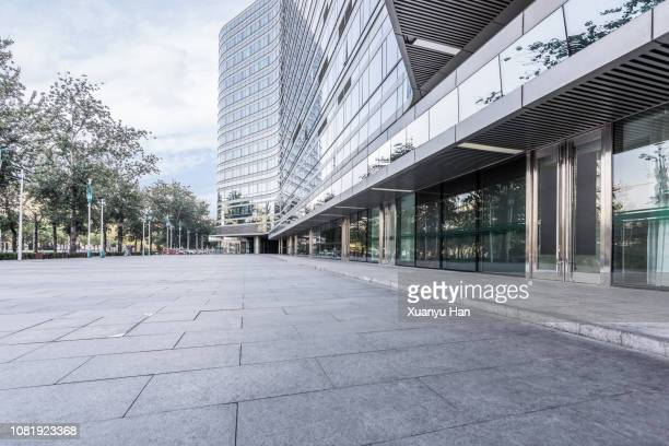 open area in front of the building - via foto e immagini stock