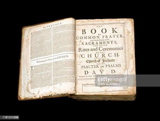 open book of common prayer - 古書 ストックフォトと画像