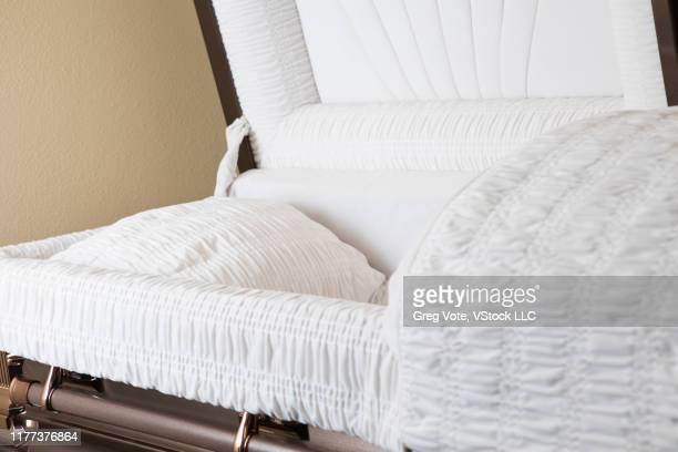 open coffin - uitvaartcentrum stockfoto's en -beelden
