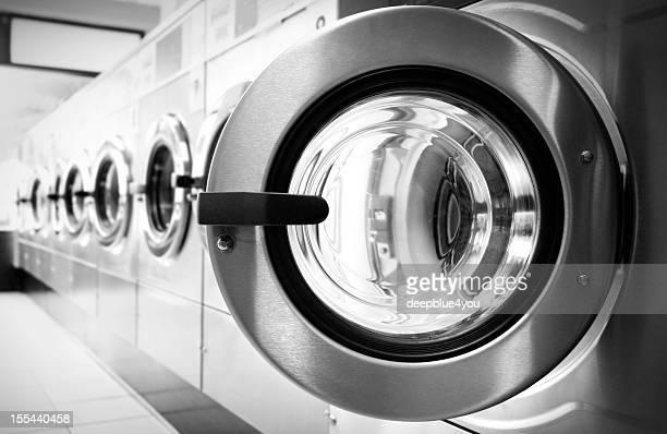 Puerta abierta en una máquina de lavado de fila