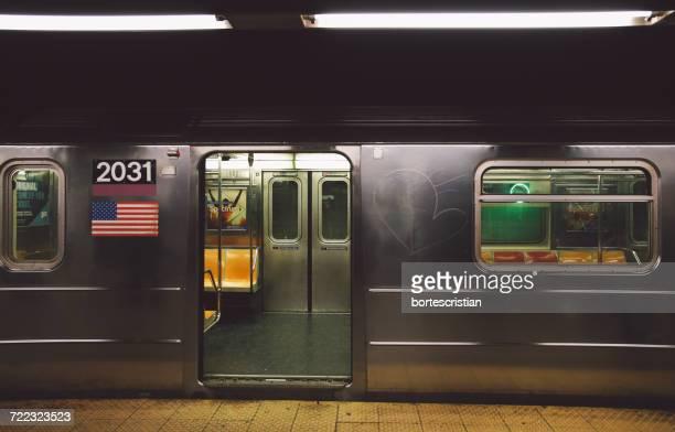 open door of subway train at platform - metrostation stockfoto's en -beelden