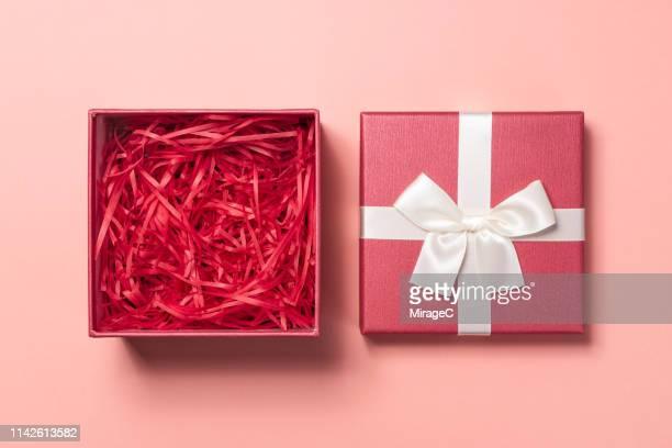 open empty gift box - open stockfoto's en -beelden