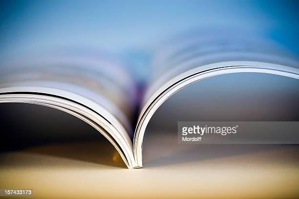 revista abierta brillante - revista publicación fotografías e imágenes de stock