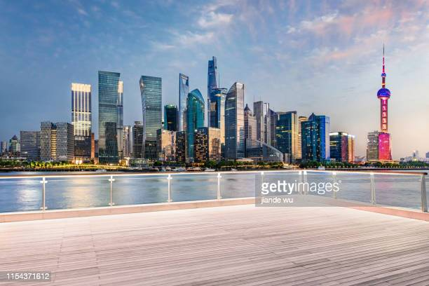 open ground and skyline of shanghai lujiazui at dawn , china - terrasse panoramique photos et images de collection