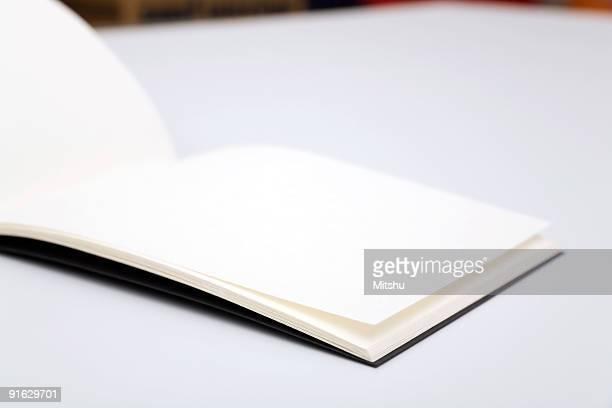 Offene Flugblatt auf Tisch