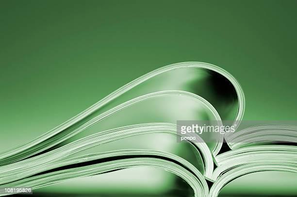 Offene Zeitschriften dicken Daunendecke auf Tisch, getönt