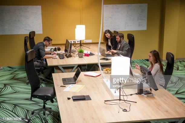 espace de bureau ouvert avec des personnes travaillant - hot desking photos et images de collection
