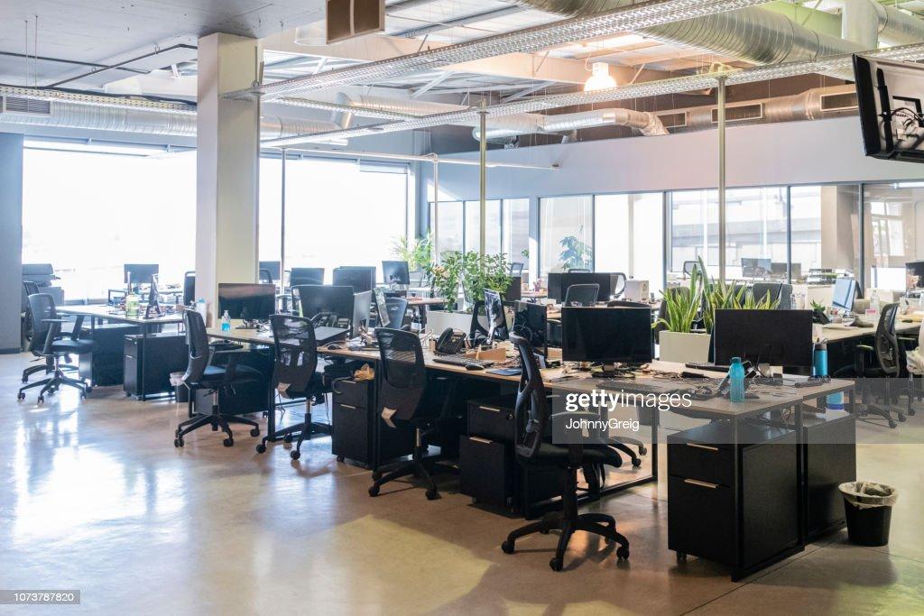Öppet kontorslandskap med arbetsplatser och datorer : Bildbanksbilder