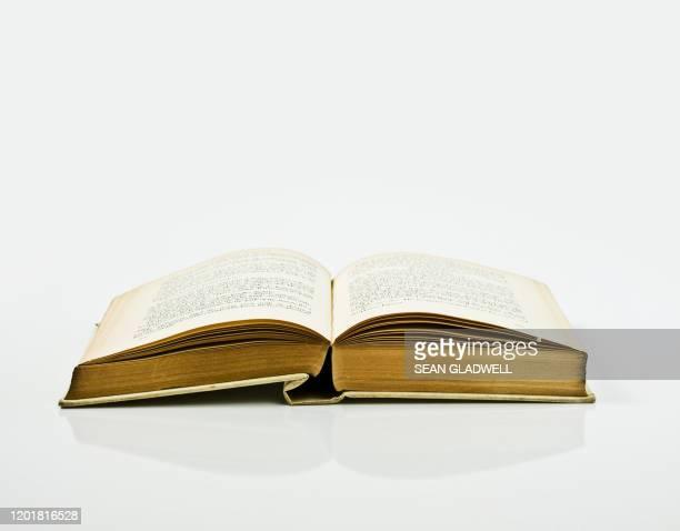 open reading book - 古書 ストックフォトと画像