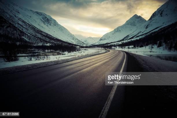 open road at the lofoten archipelago in norway - straßenverkehr photos et images de collection