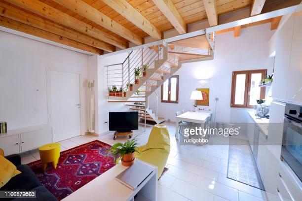 appartement espace ouvert - mezzanine photos et images de collection
