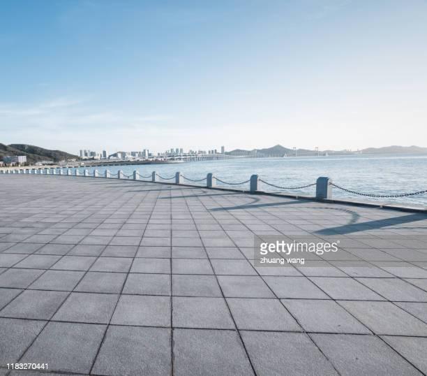 open space platform by the sea - terrasse panoramique photos et images de collection